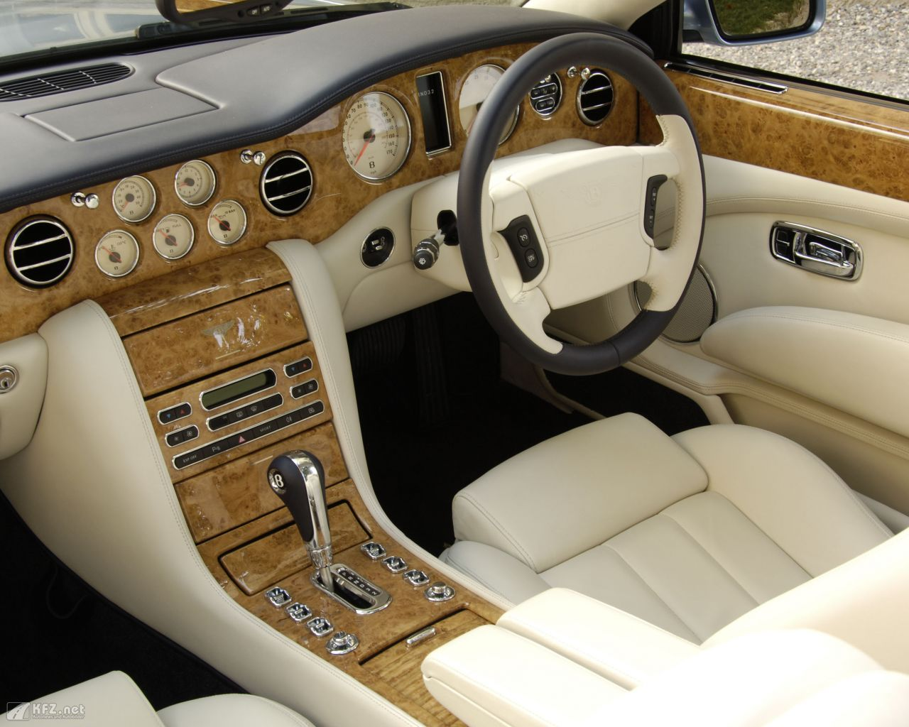 bentley-azure-1280x1024-19