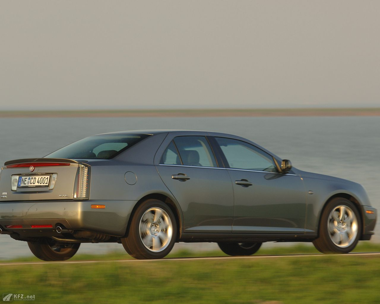 cadillac-sts-1280x1024-15