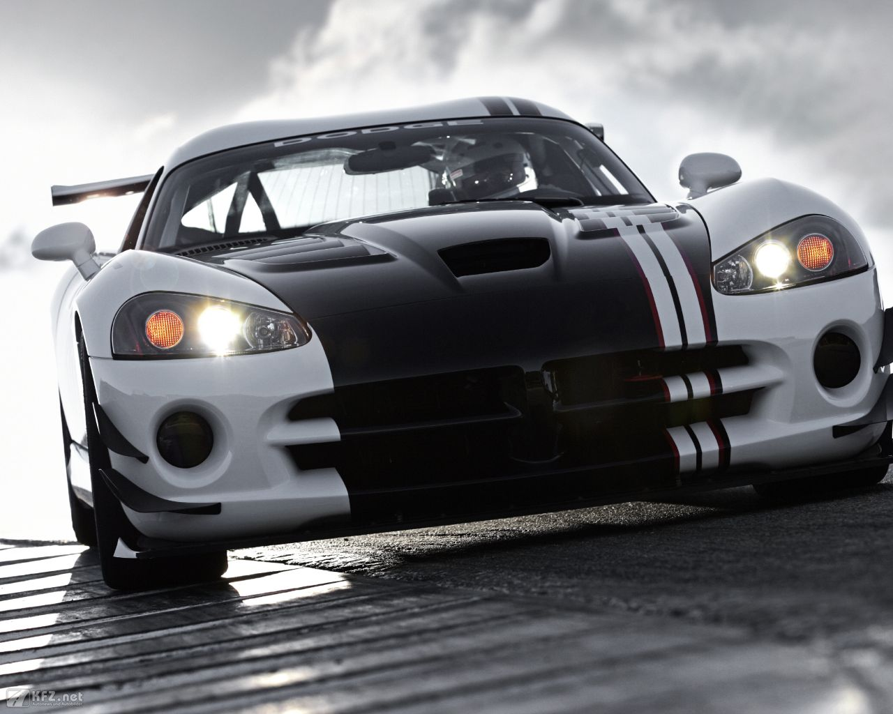 chrysler-dodge-viper-1280x1024-10