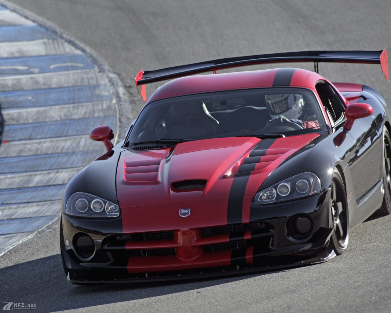 chrysler-dodge-viper-1280x1024-7