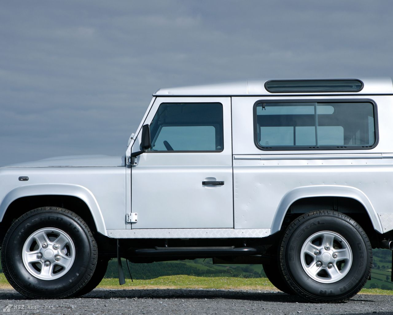 land-rover-defender-1280x1024-10