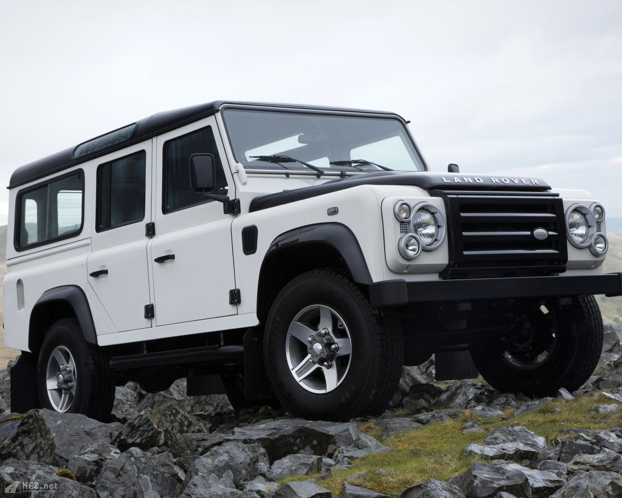 land-rover-defender-1280x1024-5