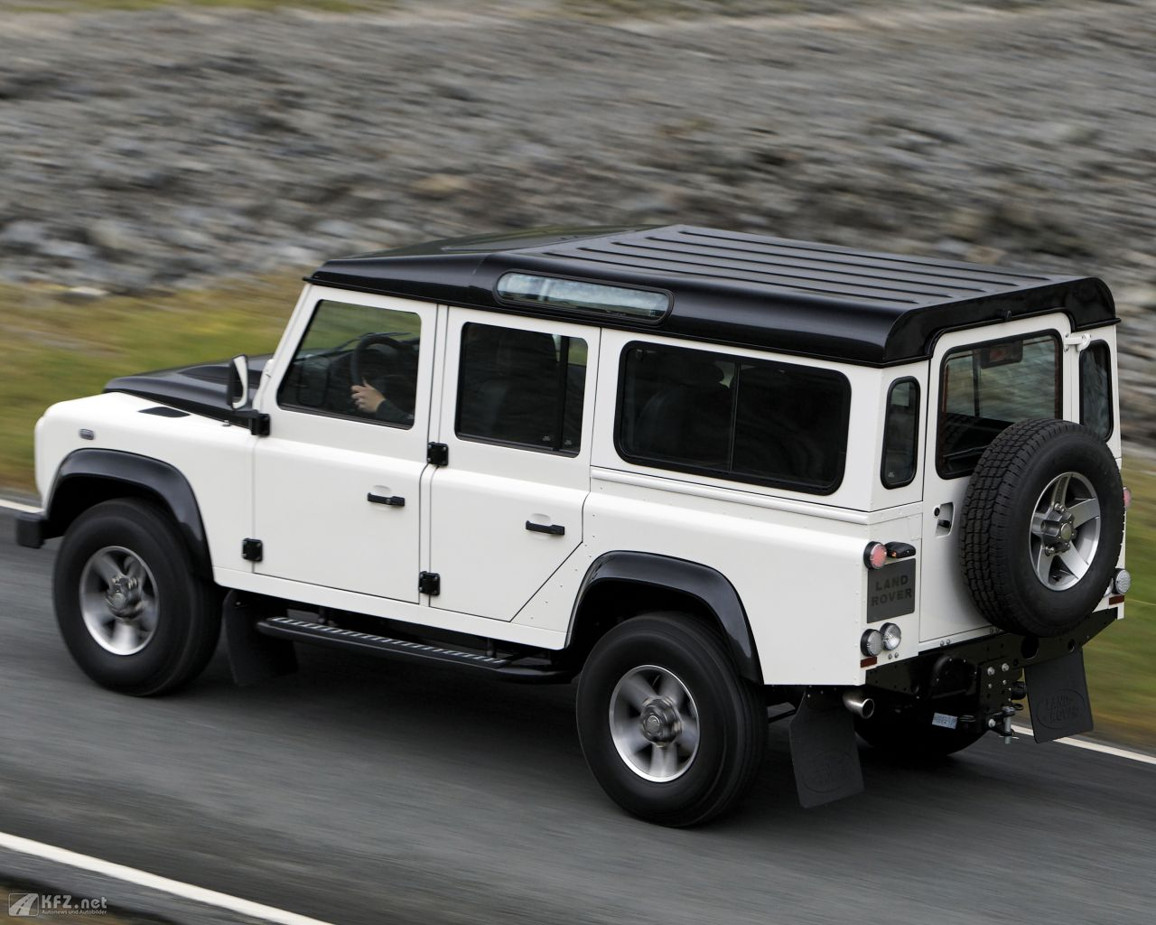 land-rover-defender-1280x1024-7