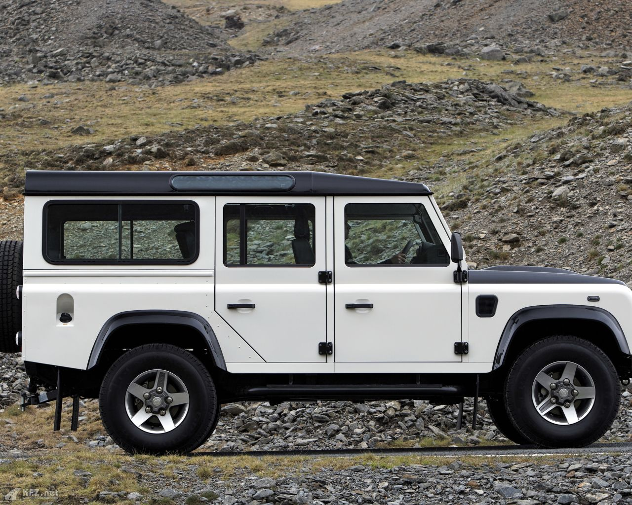 land-rover-defender-1280x1024-8