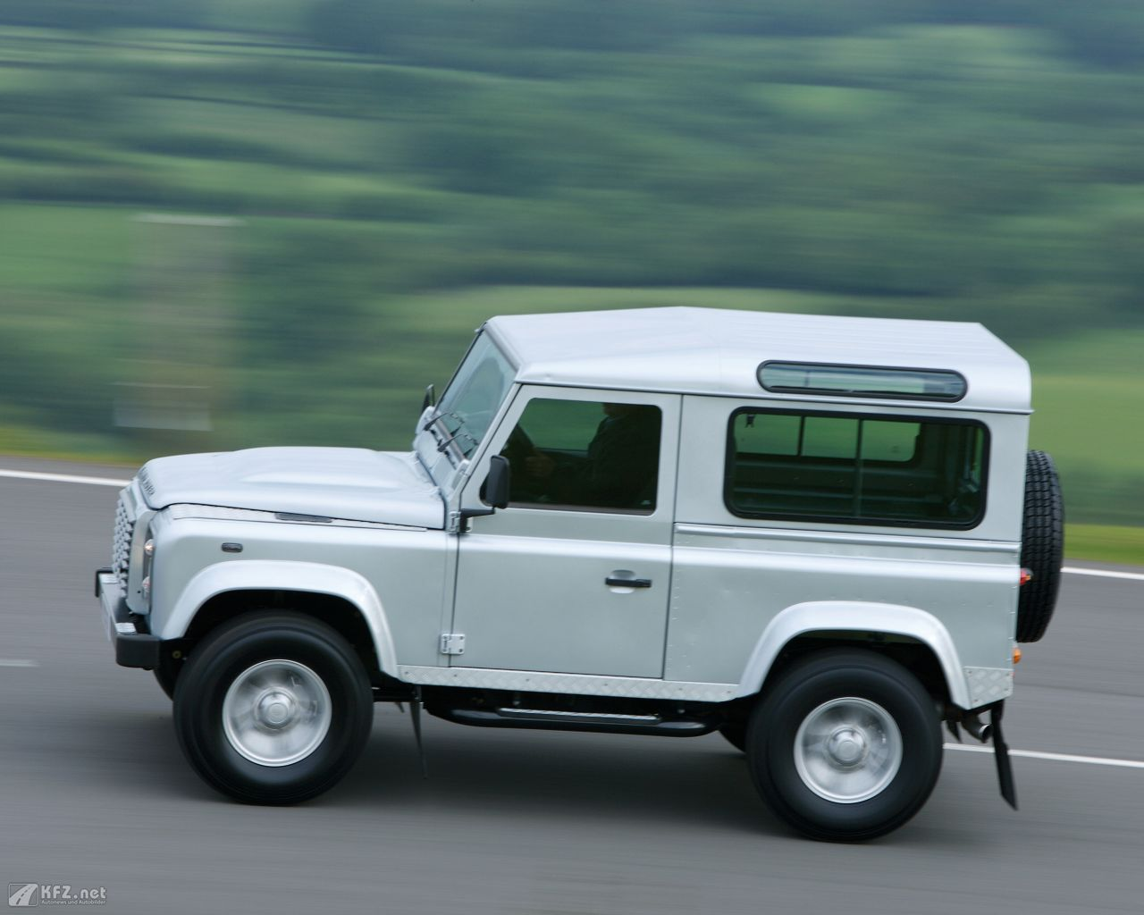 land-rover-defender-1280x1024-9