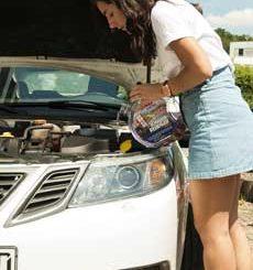 Foto: Frau beim nachfüllen von Scheibenreiniger