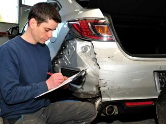 Foto: Gutachter bei aufnehmen des Schaden am Auto.