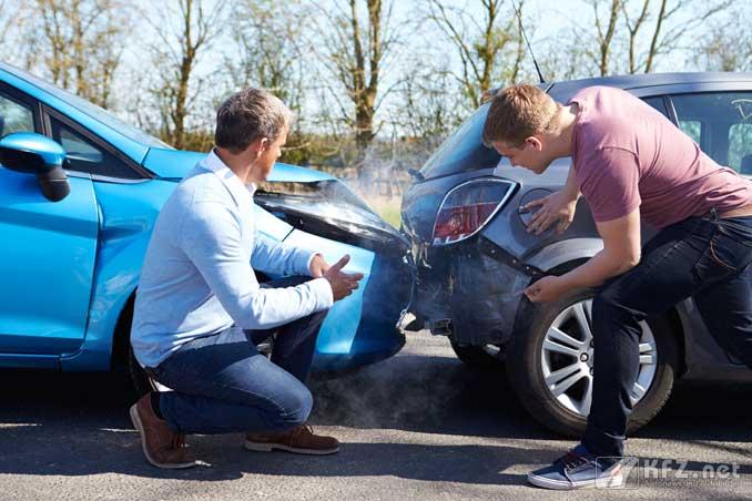 Diskussion nach einem Autounfall.