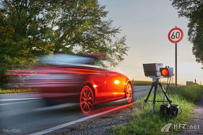Auto wird von einem mobilen Blitzer erfasst. Foto: ADAC.