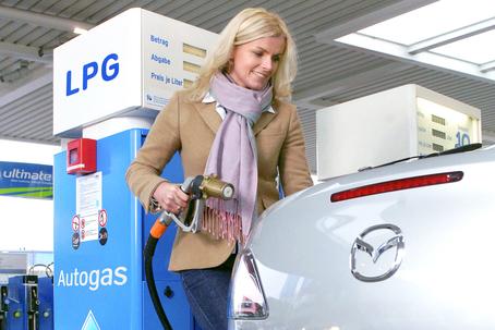 Auto an der Autogas Tankstelle