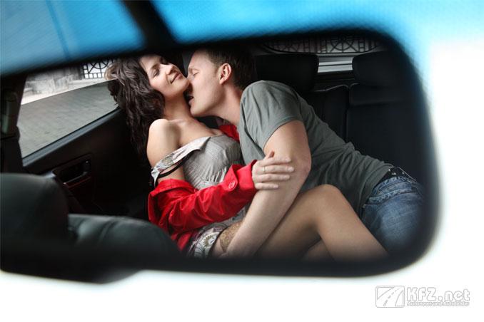 Foto: Pärchen beim Knutschen im Auto