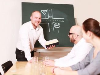 Fahrlehrer beim Unterricht