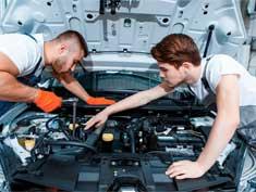 Automechaniker am Motor