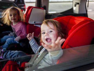 Kinder im Kindersitz