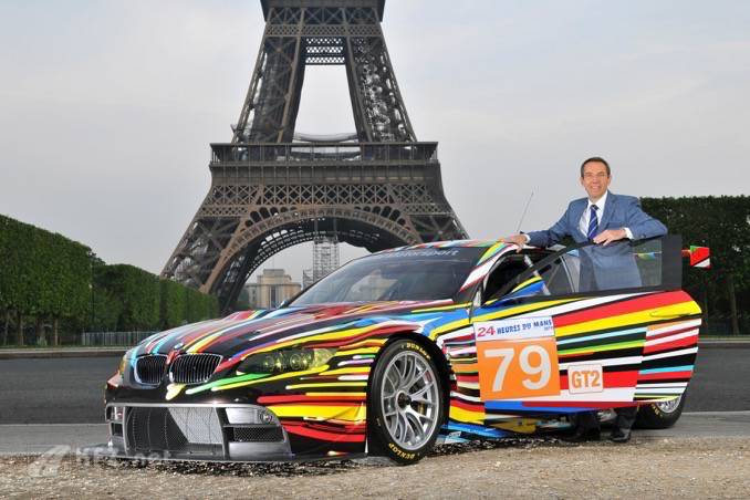 Jeff Koons mit dem Art Car vor dem Eiffel Turm