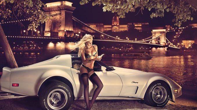 Donauufer mit historischer Kettenbrücke und Burg; Auto: Chevrolet Corvette. Die historische Kettenbrücke über die Donau wurde im mittleren 19. Jahrhundert erbaut und ist die älteste und bekannteste der vielen Budapester Brücken. Sie ist ein nationales Symbol Ungarns.