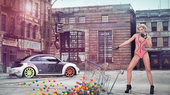 """Etyekwood – Korda Studios; Auto: VW Beetle. Der VW Beetle von TV-Moderator """"PS-Profi"""" Sidney Hoffmann driftet durch die Filmkulisse des New Yorker Stadtteils Brooklyn im Korda Filmpark."""