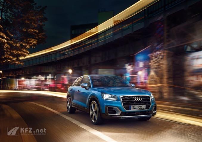 Audi Q2 in Blau bei Nacht