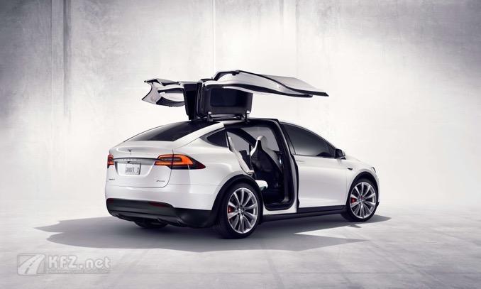 Tesla X mit geöffneten Türen
