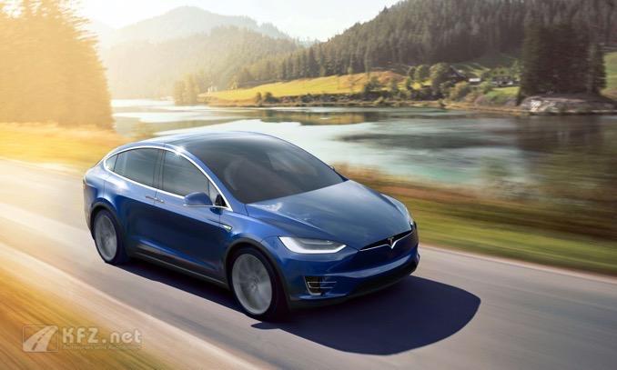 Model X bei voller fahrt