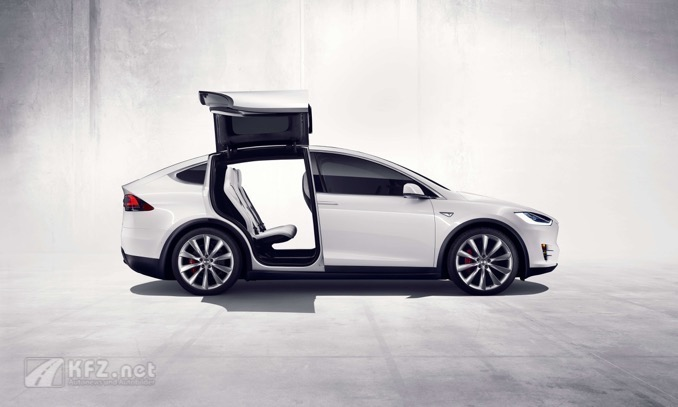 Tesla Model X vom Profil mit offenen Türen