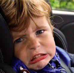 Kind weint im Autositz