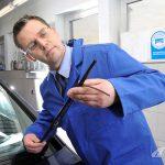 Kfz-Gutachter prüft einen Scheibenwischer. Foto: Pro Motor