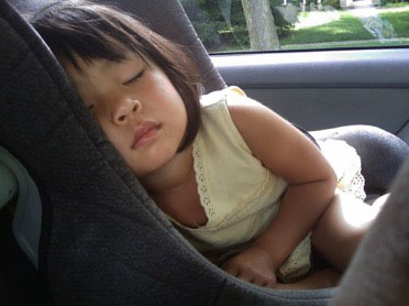 Kind schläft im Kindersitz