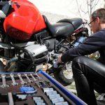 Biker checkt sein Motorrad