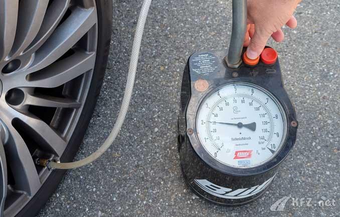 Foto: Reifendruck wird gemessen