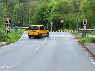 auto überquert illegal bahnübergang