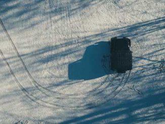 Auto mit Reifen im Schnee