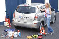 Frau beim Auto Frühjahrsputz. Foto: ADAC