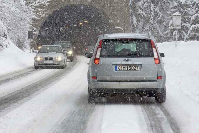 Das Winterwetter sorgt für Schnee und glatte Straßen