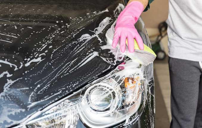 Autoscheinwerfer der mit der Hand gewaschen wird