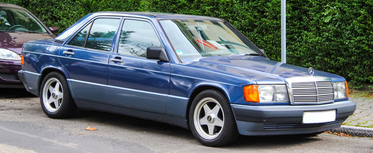 Blauer getunter Mercedes-Benz W201 190E
