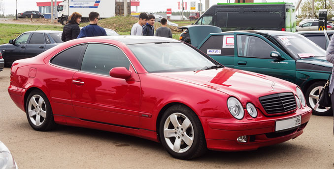 Roter Mercedes-Benz Coupé