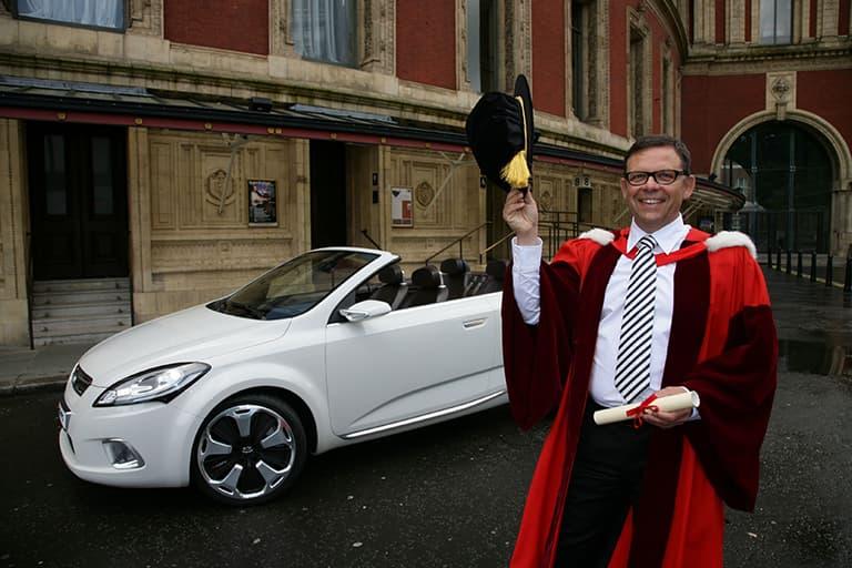 Ehrendoktor Peter Schreyer mit Auto Kia ex_cee'd