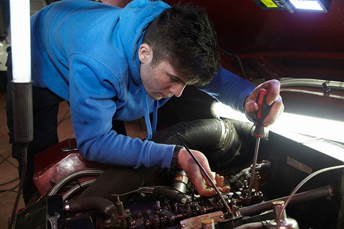 Kfz-Mechaniker bei der Fahrzeugwartung
