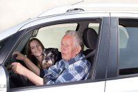 Opa mit Enkelkind im Auto