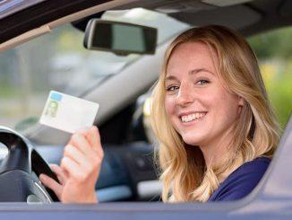 Fahranfängerin mit neuem Führerschein
