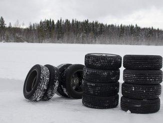 Stapel von Winterreifen im ADAC-Test