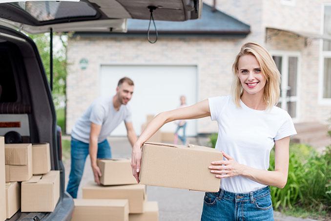 Paar beim Umziehen mit Kartons