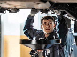 Kfz Mechaniker bei der inspektion