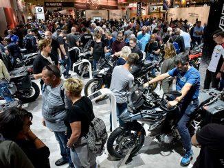 Zuschauer auf einer Motorradmesse