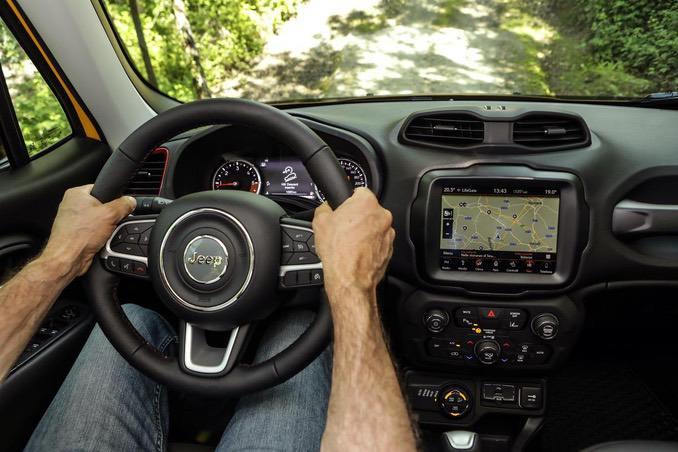 Jeep Renegade Innenraum mit Bildschirm