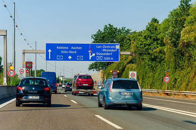 Autos auf der Stadtautobahn