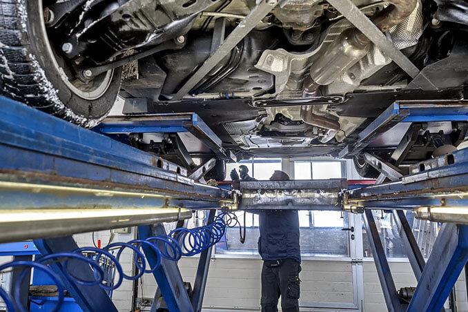 Auto bei der TÜV Prüfung