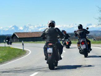 Landstraße mit Biker in der Motorradsaison