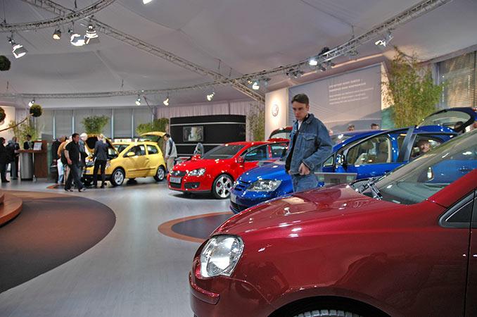 Fahrzeuge auf einer Automesse